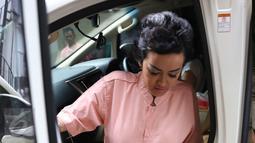 Aktris Julia Perez atau Jupe tiba di kediaman sang ibu, Sri Wulansih, di kawasan Kelapa Dua, Depok, Kamis (29/12). Pihak keluarga menggelar pengajian guna kesembuhan Jupe yang sedang berjuang melawan penyakit kanker serviks. (Liputan6.com/Herman Zakharia)