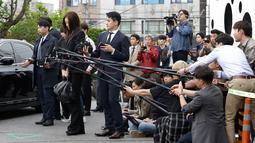 Putri bungsu bos maskapai Korea Air, Cho Hyun-min datang untuk dimintai keterangan oleh polisi di Seoul Selasa (1/5). Keluar dari sedan hitam, Cho mengulangi permintaan maafnya dengan berlinang air tanpa berkomentar lebih jauh. (AP/Ahn Young-joon)