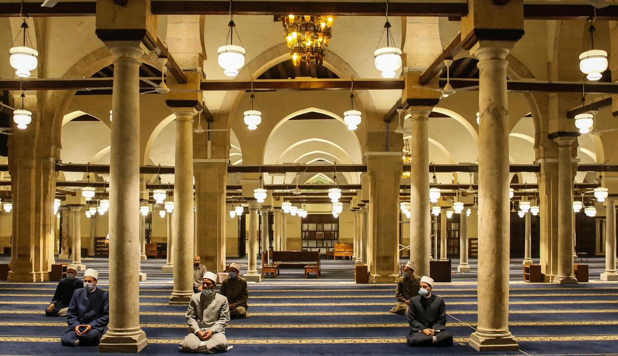 Umat Muslim doa setelah salat tarawih dengan menerapkan jaga jarak selama bulan Ramadan di Masjid al-Azhar, Kairo, Minggu (17/5/2020). Bagi umat Islam di seluruh dunia menjalankan ibadah puasa tahun ini di tengah pembatasan akibat corona Covid-19 adalah yang pertama kalinya. (Samer ABDALLAH/AFP)