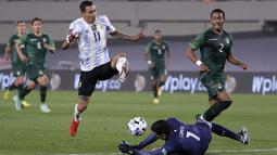 Lini belakang Bolivia benar-benar kelimpungan. Trio Argentina, Di Maria, Messi dan Martinez menjadi momok yang sangat menakutkan barisan pertahanan Bolivia. Sempat menambah angka tapi dianulir wasit, skor 1-0 Albiceleste akhirnya bertahan hingga turun minum. (Foto: AP/Pool/Juan Ignacio Roncoroni)