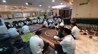 Petugas Penyelenggara Ibadah Haji (PPIH) Arab Saudi menggelar salat ghaib dan doa bersama untuk mendoakan Presiden ke-3 RI BJI Habibie yang wafat pada Rabu (11/9/2019). Husni Anggoro/MCH 2019