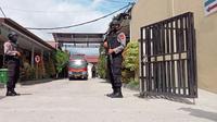 Dua personel Polda Sulteng berjaga di RS Bhayangkara Palu saat dilakukan identifikasi jenazah 2 anggota MIT yang tewas dalam baku tembak dengan Satgas Madago Raya, Selasa (2/3/2021). (Foto: Heri Susanto/ Liputan6.com).