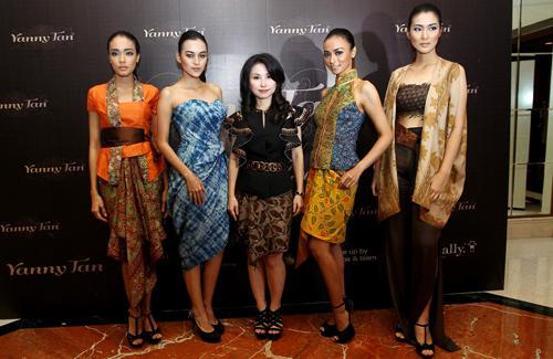 Yanny Tan bersama para model | Foto: copyright Vemale.com