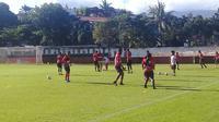Tim Persipura Jayapura saat menjalani sesi latihan di Stadion Klabat Manado, 1 Maret 2020.