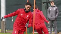 Pemain Liverpool, Joe Gomez, mengikuti sesi latihan jelang laga Liga Champions di Melwood, Liverpool, Selasa (27/11). Liverpool akan berhadapan dengan Paris Saint-Germain. (AP/Martin Rickett)
