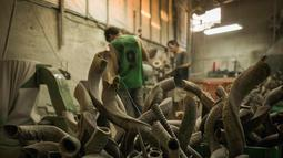 Pekerja menyelesaikan shofar di Bar-Sheshet Ribak Shofarot Israel di Tel Aviv, Israel, (19/9). Shofar adalah alat musik tiup terbuat dari tanduk binatang untuk tujuan ritual keagamaan Yahudi seperti Rosh Hoshana dan Yom Kippur. (AP Photo/Dan Balilty)