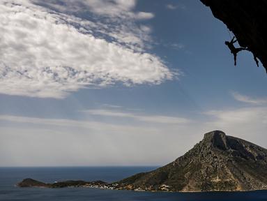 Peserta dalam Festival Mendaki tahunan 2019 di pulau Kalymnos (4/10/2019). Pemandangan yang menakjubkan dan kondisi cuaca yang bagus menjadikan pulau Kalymnos di Yunani sebagai tujuan utama bagi pemanjat tebing internasional dari semua tingkatan dengan lebih dari 2500 rute pendakian. (AFP Photo/Aris