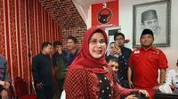 Anak Wakil Presiden terpilih Ma'ruf Amin, Siti Nur Azizah Ma'ruf, kembalikan berkas bakal calon Wali Kota Tangerang Selatan ke PDIP.  (Liputan6/Pramita)