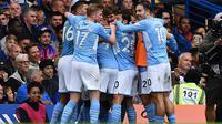 Para pemain Manchester City merayakan gol yang dicetak Gabriel Jesus ke gawang Chelsea pada laga Premier League 2021/2022. (AFP/Ben Stansall)