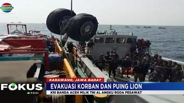 Roda pesawat Lion Air JT 610 berhasil dievakuasi setelah Tim SAR gabungan menemukannya di lokasi yang tak jauh dengan penemuan kotak hitam.