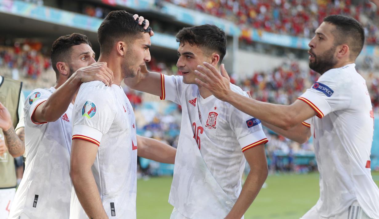Spanyol lolos ke babak 16 Besar Euro 2020 (Euro 2021) sebagai runner-up usai menang telak 5-0 atas Slovakia dalam laga pamungkas Grup E di La Cartuja Stadium, Sevilla (23/6/2021) malam WIB. Juara grup direbut Swedia, sementara Slovakia harus tersingkir. (Foto: AP/Pool/Jose Manuel Vidal)