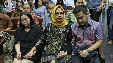 Terdakwa kasus dugaan korupsi investasi perusahaan di Blok Basker Manta Gummy (BMG) Australia tahun 2009, Karen Agustiawan (tengah) didampingi keluarganya saat akan menjalani sidang pembacaan putusan di Pengadilan Tipikor, Jakarta, Senin (10/6/2019). (Liputan6.com/Herman Zakharia)