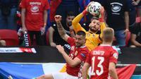 Hongaria tak mau tinggal diam. Mereka tercatat bebrapa kali melakukan serangan ke gawang Prancis, namun bola masih tersangkut di Hugo Lloris. (Foto: AFP/Franck Fife)