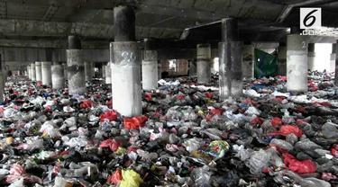 Tumpukan sampah sepanjang 800 meter menghampar di kolong Tol Wiyoto-Wiyono. Sampah menumpuk karena warga di dua RW tidak memiliki tempat pembuangan sementara.