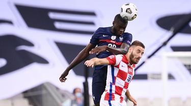 Bek timnas Prancis, Dayot Upamecano menyundul bola di atas gelandang timnas Kroasia, Nikola Vlasic dalam laga lanjutan UEFA Nations League Liga 1 Grup C di Saint-Denis, Rabu (9/9/2020) dini hari WIB. Sempat tertinggal duluan, Timnas Prancis menang dengan skor 4-2 atas Kroasia. (FRANCK FIFE / AFP)