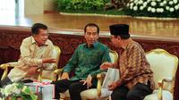 (Ki-ka) Wapres Jusuf Kalla berbincang dengan Presiden Jokowi dan Ketua BPK Harry Azhar Azis di Istana Negara, Jakarta, Senin (6/6/2016). Jokowi menerima Laporan Hasil Pemeriksaan atas LKPP Tahun 2015 dari BPK. (Liputan6.com/Faizal Fanani)