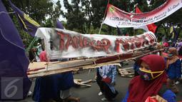 Massa aksi membawa keranda saat melintas di Jalan Medan Merdeka Selatan, Jakarta, Jumat (4/11). Dalam aksinya, massa menuntut agar polisi segera menangkap Gubernur Nonaktif Basuki T Purnama atas dugaan penistaan agama. (Liputan6.com/Immanuel Antonius)