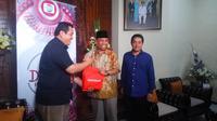 Wakil Gubernur NTB, Muhammad Amin, dan Karo Humas Pemprov NTB Irnadi, menerima bingkisan dari Anggota Divisi Corporate Secretary SCTV dan Indosiar M. Aminuddin.(Liputan6.com/Hans Bahanan)