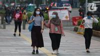 Warga mengenakan masker berjalan di pedestrian Jalan Jenderal Sudirman, Jakarta, Kamis (5/11/2020). BPS mencatat ekonomi Indonesia pada kuartal III-2020 minus 3,49 persen, Indonesia dipastikan resesi karena pertumbuhan ekonomi dua kali mengalami minus. (Liputan6.com/Helmi Fithriansyah)