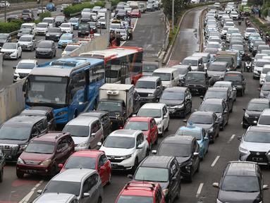 Kendaraan terjebak kemacetan di Jalan Gatot Subroto, Jakarta, Rabu (4/2/2020). Kemacetan tersebut imbas unjuk rasa mahasiswa di depan Gedung DPR. (Liputan6.com/Johan Tallo)