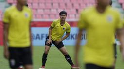Pemain Thailand, Chalermpong Kerdkaew, melakukan pemanasan saat latihan di Stadion Rajamangala, Bangkok, Jumat (16/11). Latihan ini persiapan jelang laga Piala AFF 2018 melawan Timnas Indonesia. (Bola.com/M. Iqbal Ichsan)