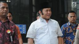 Bupati Lampung Selatan Zainudin Hasan tersenyum saat tiba di KPK, Jakarta, Jumat (27/7). Zainudin akan menjalani pemeriksaan 1x24 jam diduga menerima suap terkait proyek infrastruktur dan Tim KPK mengamankan uang Rp 700 juta. (Merdeka.com/Dwi Narwoko)