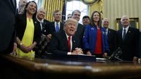 Donald Trump saat mengesahkan RUU untuk menaikkan anggaran NASA dan mengarahkan agar badan antariksa itu berfokus pada ekplorasi Mars. (AP/Evan Vucci)