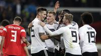 Para pemain Jerman merayakan gol ke gawang Rusia dalam laga uji coba di Red Bull Arena, Leipzig, Kamis (16/11/2018) malam waktu setempat.  (AP Photo/Michael Sohn)
