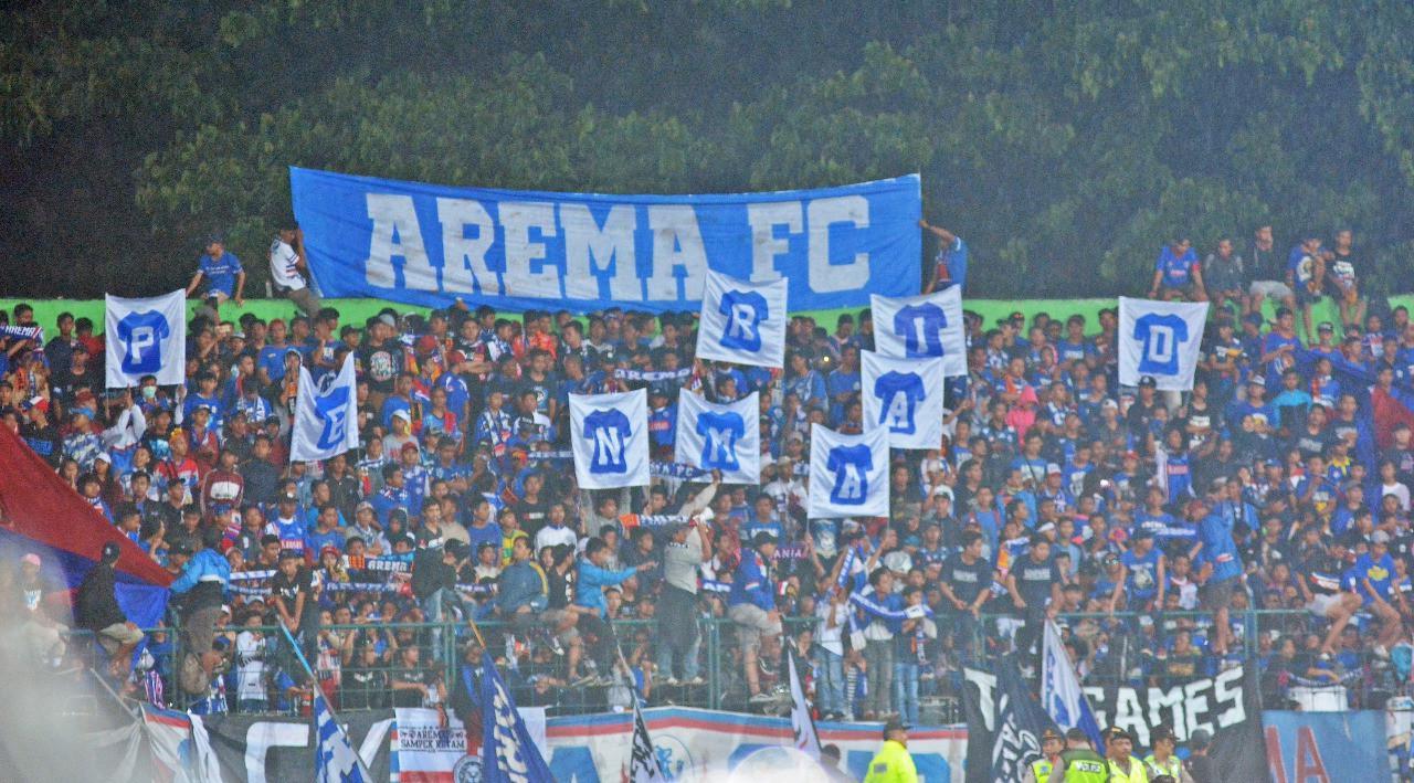 Aremania beserta dengan Bonek dan Jakmania akan berbondong-bondong menuju Solo, Jawa Tengah untuk mendukung tim kesayangannay di babak delapan besar Piala Presiden 2018. (Liputan6.com/Rana Adwa)