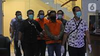 Petugas menggiring sejumlah tersangka kasus korupsi bansos Covid-19 di Gedung KPK, Jakarta, Minggu (6/12/2020) dini hari. KPK menahan tiga orang tersangka yakni pejabat pembuat komitmen di Kemensos Matheus Joko Santoso serta pihak swasta Ardian IM dan Harry Sidabuke (Liputan6.com/Herman Zakharia)