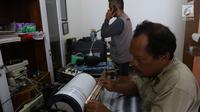 Petugas pusat vulkanologi dan mitigasi bencana geologi memantau aktivitas Gunung Anak Krakatau melalui alat seismograf di Pos Pengamatan di Cinangka, Banten, Selasa (25/12). Dari pantauan tersebut anak krakatau berstatus siaga. (Liputan6.com/Angga Yuniar)