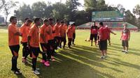 Tim PON Jateng terpaksa berlatih di Lapangan II milik TNI AD di Bogor, Selasa (13/9/2016) pagi, setelah merasa diperlakukan tak adil oleh panitia PON Jabar. (Bola.com/Robby Firly)