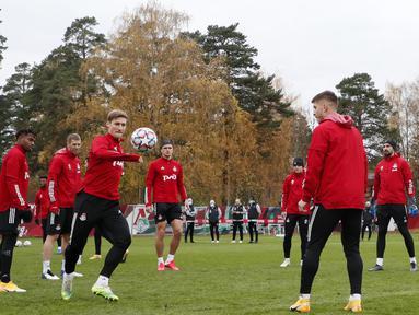 Para pemain Lokomotiv Moskow saat mengikuti latihan tim di Bakovka di luar Moskow (26/10/2020). Lokomotiv Moskow akan bertanding melawan wakil Jerman, Bayern Munchen pada grup A Liga Champions. (AFP/Pool/Maxim Shipenkov)