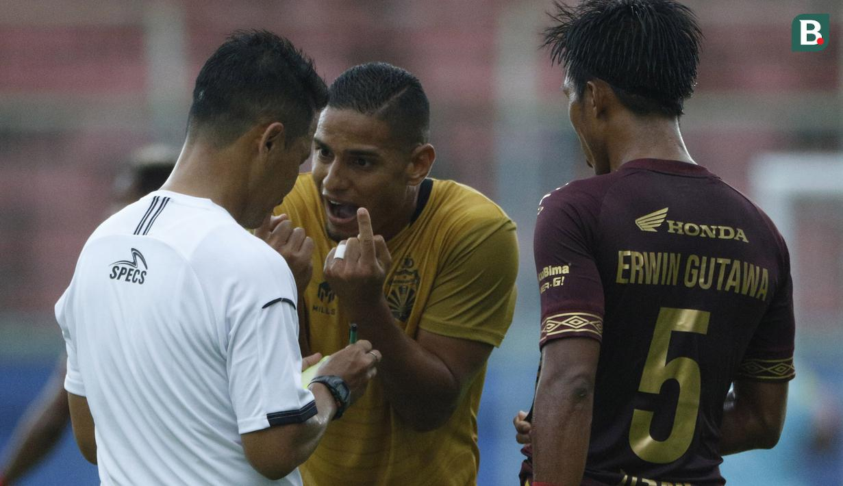 Pemain Bhayangkara Solo FC, Renan Da Silva (tengah) melakukan protes kepada wasit dalam pertandingan matchday ke-2 Babak Penyisihan Grup B Piala Menpora 2021 melawan PSM Makassar di Stadion Kanjuruhan, Malang. Sabtu (27/3/2021). (Bola.com/Ikhwan Yanuar)