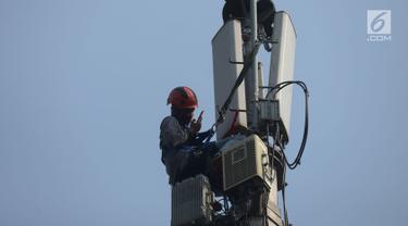 Teknisi melakukan pengecekan audit data jaringan 3G dan 4G pada tiang monopol di Jalan Diponegoro, Jakarta, Sabtu (24/8/2019). Fasilitas internet yang disediakan pemerintah memiliki koneksi jaringan 3G dan 4G. (merdeka.com/Imam Buhori)
