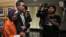 Petugas membawa pelaku berinsial A (55) untuk dihadirkan dalam rilis pengungkapan kasus penculikan balita ASA (3) di Mapolda Metro Jaya, Jakarta, Senin (15/4). Balita ASA, korban penculikan di Masjid Al Amin Bintara Jaya Bekasi, ditemukan di Stasiun Pasar Senen. (merdeka.com/ Iqbal S. Nugroho)