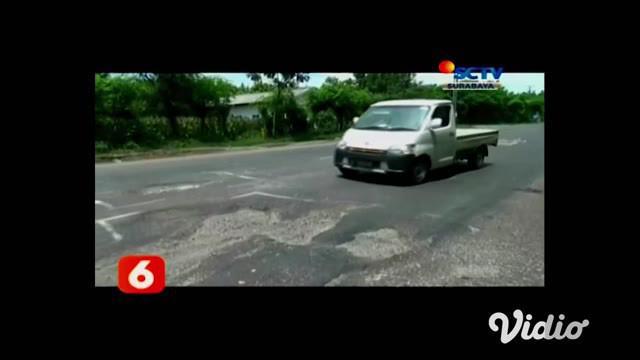 Baru dibangun, proyek jalan nasional di sekitar wilayah pasar Peterongan, Jombang, Jawa Timur, sudah berlubang. Parahnya, lubang yang hampir merata tersebut, sudah banyak memakan banyak korban kecelakaan.