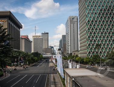 Pemandangan Saat Ruas Jalan Utama Jakarta Sepi Pengendara