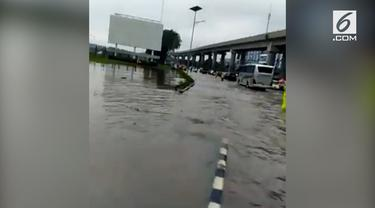 Banjir terjadi di sejumlah wilayah di Jabodetabek. Selain Jakarta, banjir menggenangi jalan di kawasan Bandara Soekarno-Hatta.
