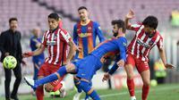 Aksi Gerard Pique di Barcelona vs Atletico Madrid (AFP)