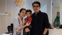 Tya Ariestya bersama suami dan anak pertamanya, Kanaka. [foto: instagram/tya_ariestya]