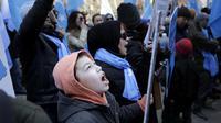 Massa etnis Uighur melakukan aksi protes terhadap pemerintah China (AP/Seth Wenig)