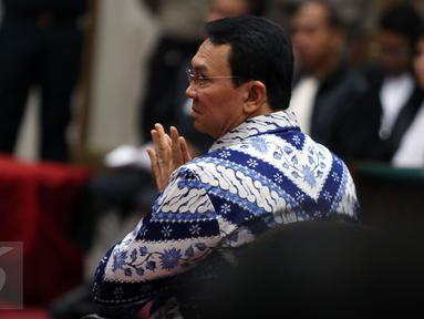Terdakwa Basuki Tjahaja Purnama atau Ahok setelah mendengarkan pembacaan putusan sidang oleh Majelis Hakim di Kementan, Jakarta, Selasa (9/5). Pada sidang vonis, majelis hakim memvonis Ahok pidana penjara dua tahun. (Liputan6.com/RAMDANI/Pool)