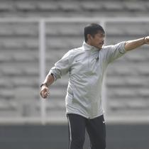 Pelatih Timnas Indonesia U-23, Indra Sjafri, memberikan instruksi saat latihan di Stadion Madya, Jakarta, Rabu (13/3). Latihan ini merupakan persiapan jelang Kualifikasi Piala AFC U-23. (Bola.com/Vitalis Yogi Trisna)