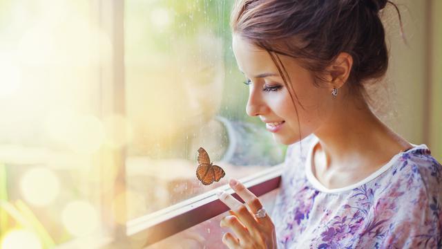 Картинки по запросу девушка бабочка на руке