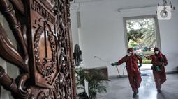 Petugas dari Sudin Gulkarmat Jakarta Pusat menyemprotkan disinfektan di Kantor Gubernur dan Wakil Gubernur, Gedung B Balai Kota, Jakarta, Selasa (1/12/2020). (merdeka.com/Iqbal S. Nugroho)