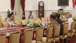 CEO Bukalapak, Achmad Zaky menemui Presiden Joko Widodo (Jokowi) di Istana Merdeka, Sabtu (16/2). Zaky mengaku, secara pribadi meminta maaf kepada Jokowi serta meluruskan cuitannya tentang 'presiden baru' dalam pertemuan itu. (Liputan6.com/Angga Yuniar)