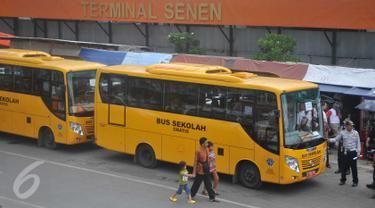 Pemprov DKI mengerahkan Bus Sekolah untuk menggantikan Metro Mini di Terminal Senen, Jakarta, Senin (21/12/2015). Metro Mini melakukan aksi mogok karena takut terkena razia Dishub. (Liputan6.com/Gempur M Surya)