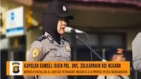BRIPDA Rizka Munawwaroh saat diminta memperlihatkan hafalan Alquran di depan Kapolda Sumatera Selatan, Irjan Pol Zulkarnain Adinegara dan personel polisi lainnya. (Riauonline.co.id)