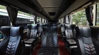Bus Putra Mulya Sejahtera milik Glen Adiprana Widodo ini memiliki konsep physical distancing, sehingga penumpang menjadi lebih aman selama pandemi Covid-19. Kapasitas bus juga dibatasi sesuai dengan anjuran pemerintah. (Foto: Liputan6.com).